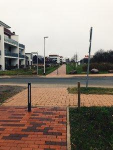 Gehweg entlang des Blocksbergs an der Einmündung der Heinrich-Grethe-Str. in östlicher Richtung ohne Vorfahrt-Gewähren-Schild.