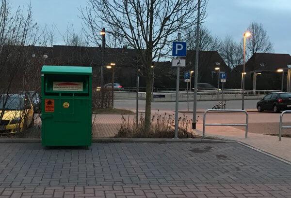 Altkleidercontainer am Durchgang zum Parkplatz an der Stadtbahnhaltestelle Altwarmbüchen