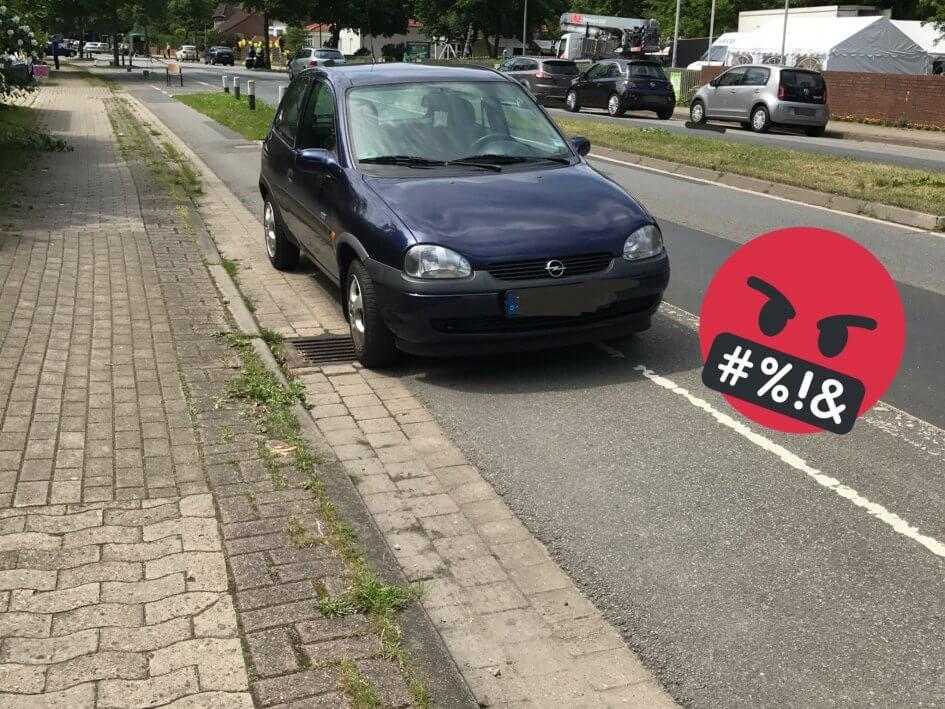 Parkendes Auto auf einem Radfahrstreifen