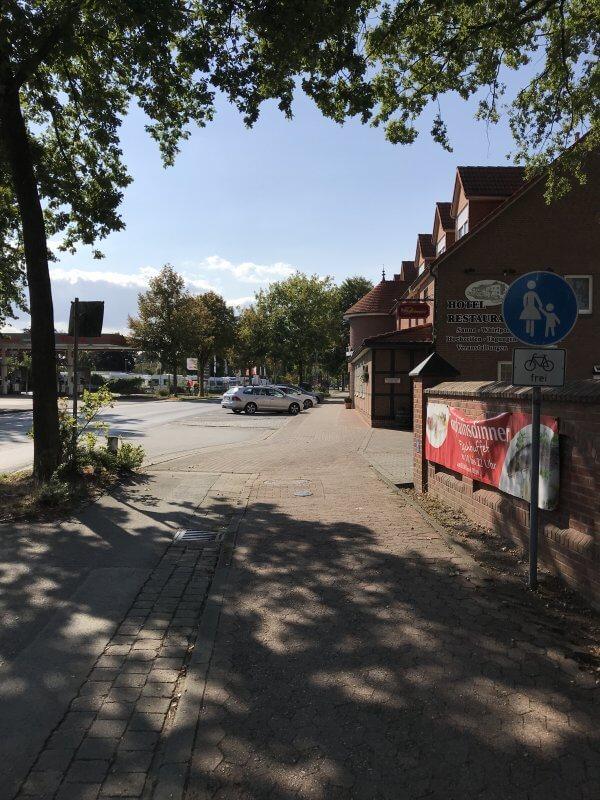 Verschwenkung des Radwegs auf den Gehweg vor der Gaststätte Hennies. Der Radverkehr fährt damit direkt vor Tür der Gaststätte vorbei.