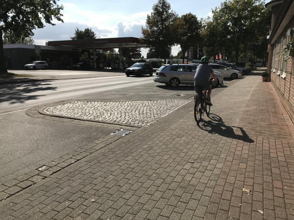 Radfahrer auf dem für den Radverkehr freigegebene Gehweg, der direkt vor der Tür der Gaststätte Hennies vorbeiführt