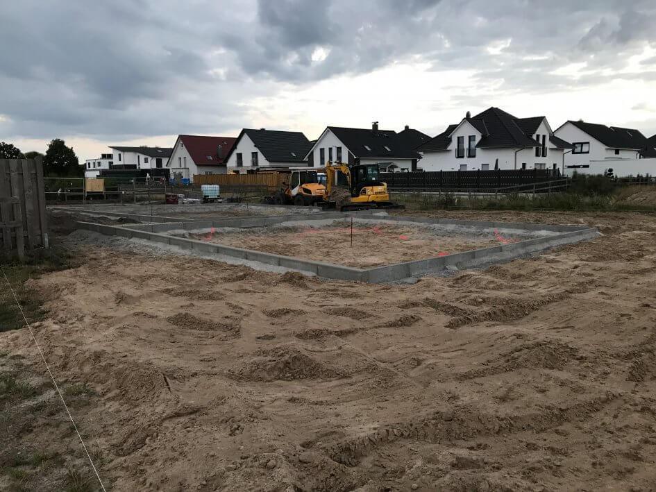 Bauarbeiten für den Spielplatz im Baugebiet Wietzeaue. Aufgebrachter Sand, erste Steinkanten, bagger und gespannte Schnüre zur Abgrenzung verschiedener Bereiche sind schon zu erkennen.