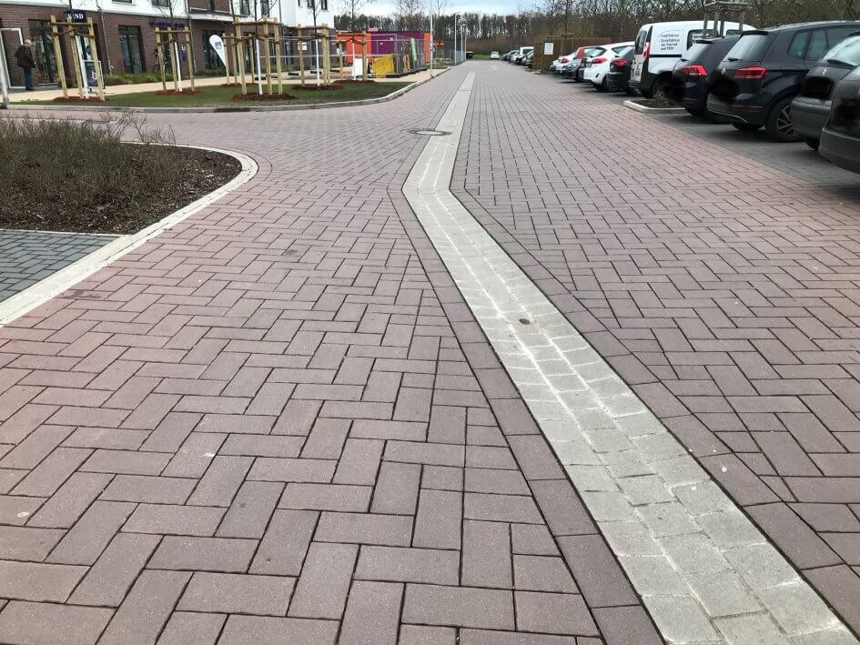Gepflasterter Straßenbelag in der Straße Wietzeaue mit einer verschwenken Gosse